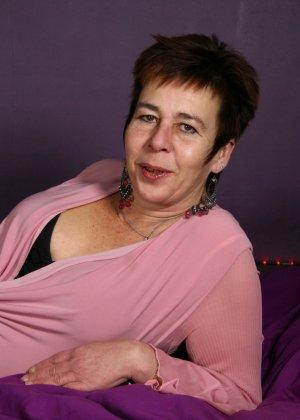 Зрелая женщина в эротичном костюме показывает себя всю, принимая самые откровенные позы - фото 2