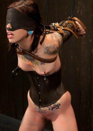 Татуированная молоденькая девица впервые пробует БДСМ - фото 14