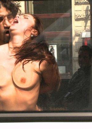 Парнишка начал жарить её в автобусе а после вывез в лес и кончил на грудь - фото 12