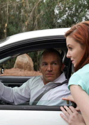 Рыжую красавицу парнишка наказал в машине за её плохое поведение - фото 16