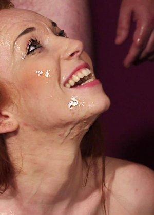 Рыжей шлюшке извергают огромное количество спермы на её личико - фото 22