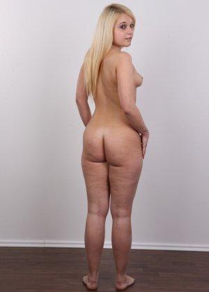 Классная голая блондинка показывает бритую пизду на камеру - фото 16