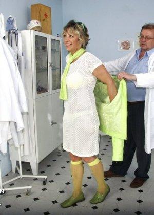 Зрелая Ванда приходит к врачу, он помогает ей раздеться и поудобнее устроиться для тщательного осмотра - фото 2