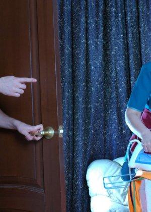 Зрелая бабка пристает к молодому мужу хозяйки, она снимает с него трусы и сосет его хер - фото 2