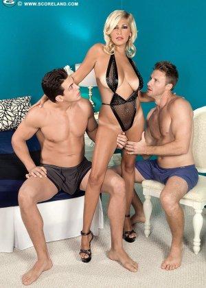Опытная блондинка попадает в руки двух возбужденных молодых мужчин и дает им себя трахать - фото 5
