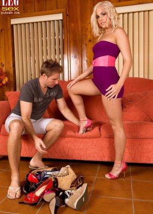 Жейден Пирсон примеряет на себя разные туфельки и позволяет целовать свои ножки, одновременно подставляя пизду - фото 8