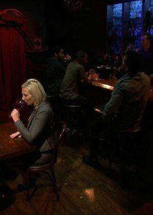 Блондинка показывает себя в полной красе – она готова принять в себя несколько членов и ублажить их - фото 4