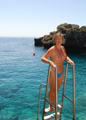 Отдых на море в эротических фото зрелой дамы на крутой фотик - фото 33