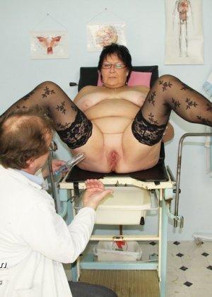 Зрелая женщина в теле показывает себя со всех сторон, доверив свое тело опытному специалисту - фото 7