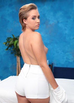 Мужик приходит в салон за эротическим массажем, там на его бите скачет привлекательная проститутка Бейли - фото 3