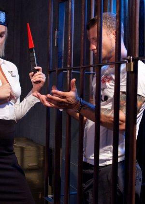 Кэйт приходит освобождать парня из тюрьмы, а он устраивает ей отличный секс с жесткими приемами - фото 3