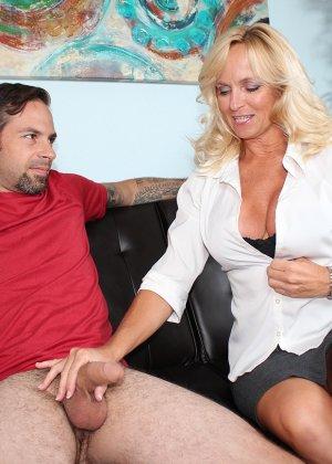 Опытная женщина знает, как довести мужчину до оргазма одними руками – она добивается своего - фото 5