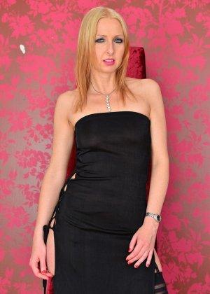 Развратная блондинка показывает все свое соблазительное тело, которое способно возбудить любого - фото 1