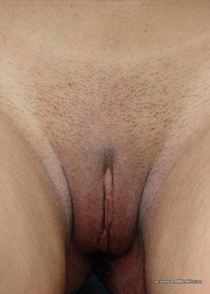 На природе индийская девушка с красивыми сиськами показывает дырку между ног - фото 10