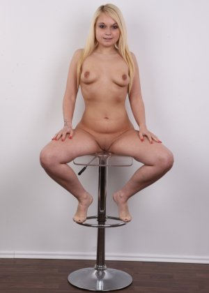 Классная голая блондинка показывает бритую пизду на камеру - фото 18
