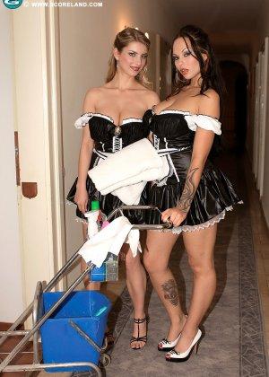 Красивая сучка снимает телку проститутку и проводит с ней лесбийские игры - фото 2