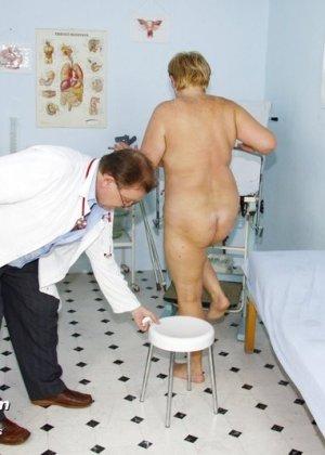 Женщина в возрасте приходит показаться врачу, а он устраивает ей хороший осмотр с пристрастием - фото 11