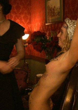 Девушка готова на множество унижений - ей нравятся различные эксперименты со своим телом - фото 16
