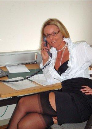 Страстная секретарша мастурбирует свою шмоньку в шефа дома - фото 2