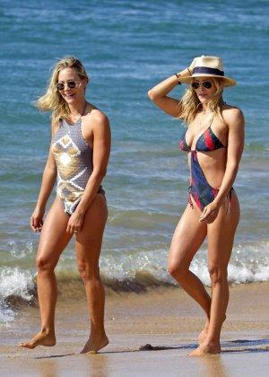 Британи Даниэль и Синтия Даниэль прогуливаются по берегу моря в купальниках, показывая свои фигурки - фото 15