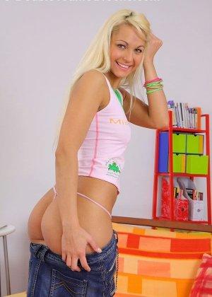 Красивая блондинка ебется в общежитии со своими одногрупниками, парни натягивают сучку на члены - фото 2