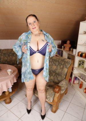 Зрелая леди с большой грудью соблазняет своих преданных поклонников - фото 15