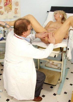 Зрелая блондинка садится на гинекологическое кресло и дает близко рассмотреть все свои дырочки - фото 12