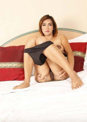 Женщина в зрелом возрасте не собирается скрывать что-то в своем теле и показывает себя полностью - фото 9