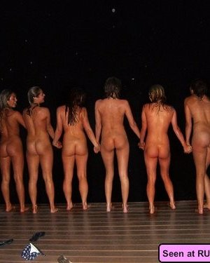 Когда девушки напиваются, то с удовольствием показывают свои бритые пезды абсолютно всем - фото 9