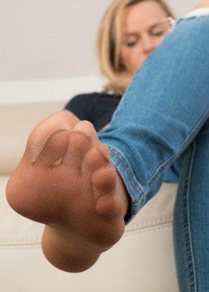 Сексуальные ножки знаменитой модели в коричневых колготках - фото 3