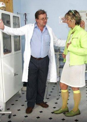Ванда готова показывать себя со всех сторон перед опытным гинекологом, лишь бы он ее трогал - фото 1
