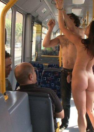 Развратную кучерявую сучку натягивают в автобусе после работы - фото 14