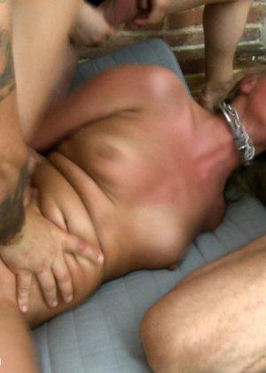 Жесткий секс втроем с привлекательной русской девушкой и горячая сперма на лицо - фото 11