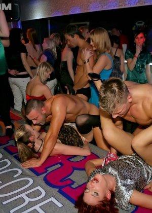 В клубе бешенные телки ебутся с накачанным стриптизером в халате - фото 13