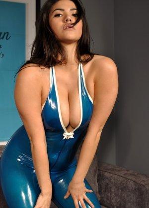 Брюнетка в эротическом синем костюме мечтает о жестоком пореве, пока желающих отодрать ее нет - фото 4