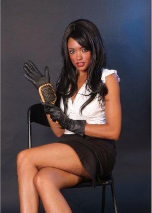 Сексапильная брюнетка работает секретаршей, она медленно снимет с себя блузку и оголит свои дойки - фото 7