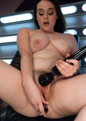 Девушку с интимной стрижкой между ножек трахает электрическая секс машина - фото 14