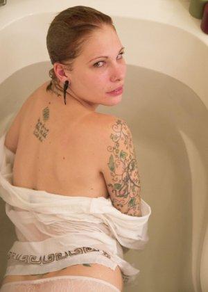 Красивая американская телка с тату не снимая трусиков плескается в ванной - фото 1