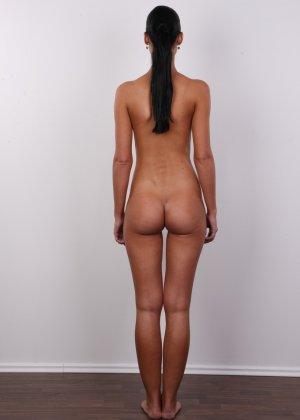 Брюнетка с потрясающими сиськами и бритой киской пришла на порно кастинг - фото 11