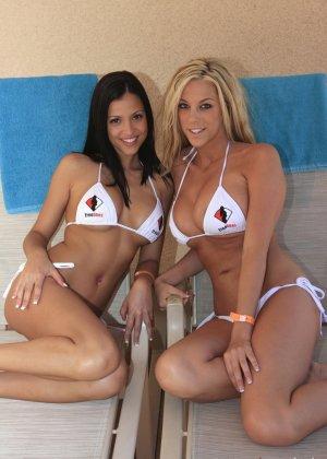 Две грудастые бразильские девушки показывают свои шикарные тела в белых купальниках - фото 12