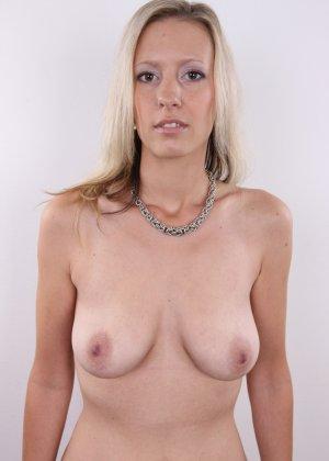 Горячая зрелая блондинка показывает все свои прелести - фото 7