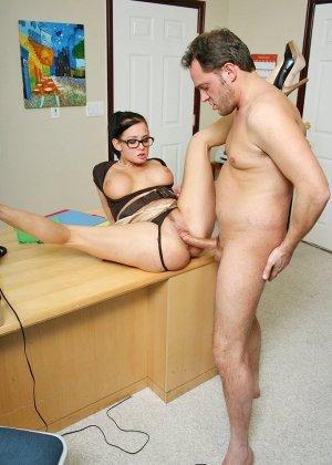 Грудастая секретарша оказалась озабоченной, и ебется с начальником сначала в пизду, а потом в жопу - фото 10