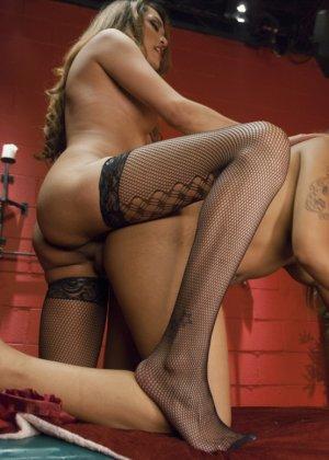 Лесбиянка массажистка соблазняет привлекательную клиентку и вылизывает ее промежность - фото 9