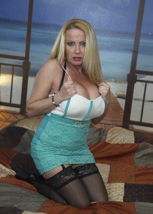 Блондинка с огромными сиськами оказалась профессиональной шлюшкой, которая отлично сосет и трахается во все щели - фото 6