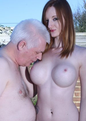 Пожилому мужчине очень повезло - ему отдается молодая телочка и удовлетворяет его желания - фото 8