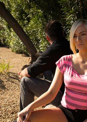 Блондинистая проститутка взяла длинный член в свой глубокий ротик - фото 16