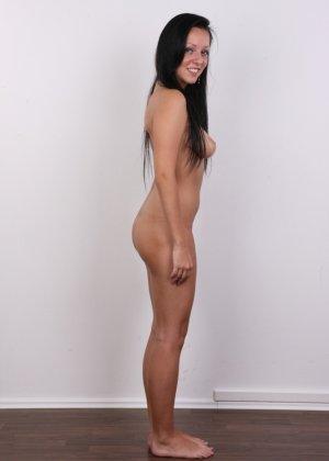 Девушка с весящими дойками улыбается голая на камеру в офисе - фото 11