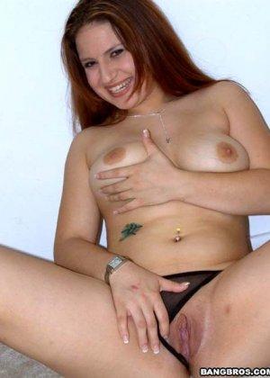 Пышная дамочка показывает свое тело перед камерой, совсем не стесняясь некоторых недостатков - фото 8