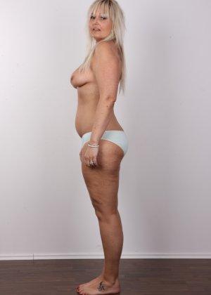 Блондинистая зрелая дамочка с пышными формами позволяет наблюдать за собой, показывая все части тела - фото 7
