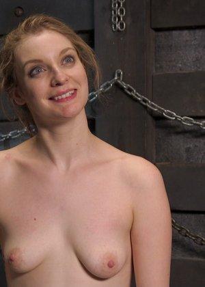 Жесткий извращенный трах во все дырочки очаровательной блондинки - фото 20